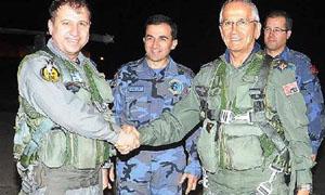 O komutan istifa haberinden bir gün sonra savaş uçağına atladı